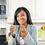 vrouw in keuken met koffiekopje — Stockfoto