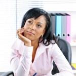 imprenditrice nera alla scrivania in ufficio — Foto Stock