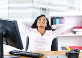Empresaria negra descansando en el escritorio — Foto de Stock