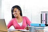 Vrouwelijke student studeert — Stockfoto