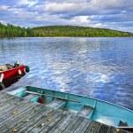 bateaux à rames sur le lac au crépuscule — Photo