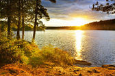 Pôr do sol sobre o lago — Foto Stock