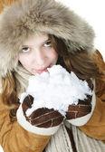 Speelse winter meisje bedrijf sneeuw — Stockfoto