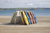 Kayaks stood up on the beach — Stock Photo