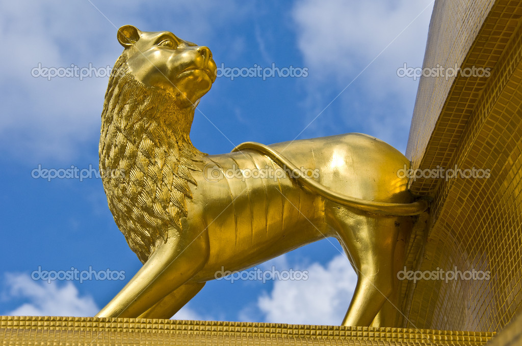 Statue of a golden lion decorationg a temple in Bangkok — Stock Photo #5865496