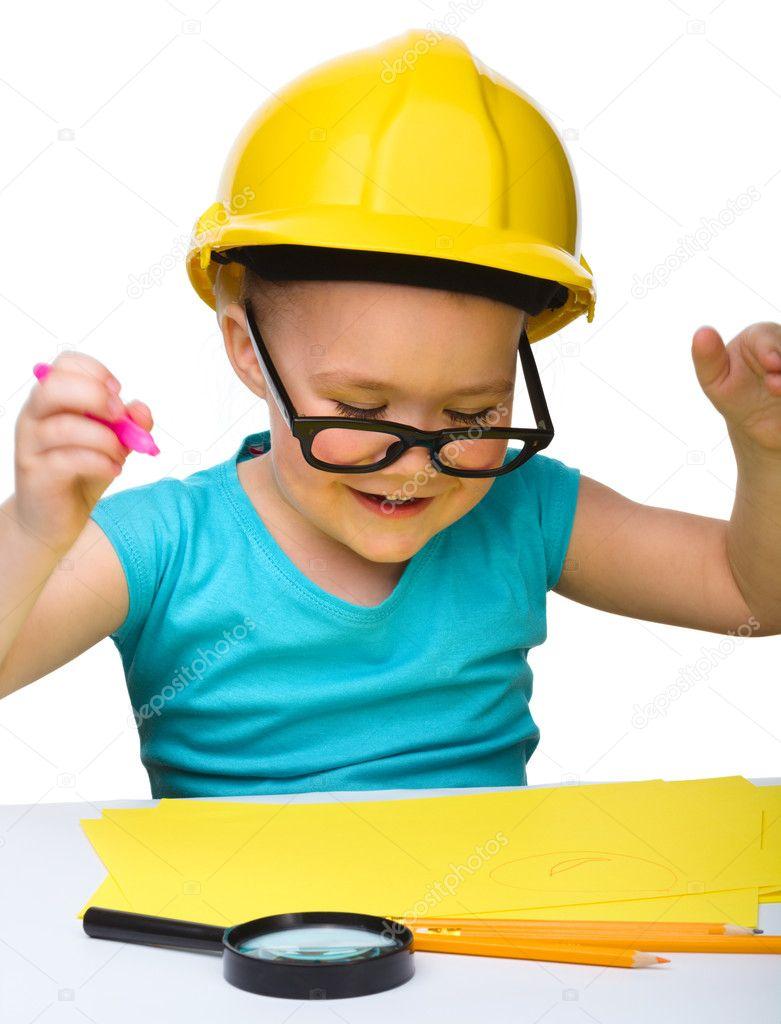 可爱的小女孩用戴着安全帽的标记画