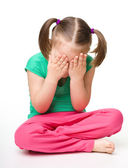 Little girl is sitting on floor and crying — Zdjęcie stockowe