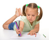 Menina é desenho enquanto deitado no chão — Foto Stock
