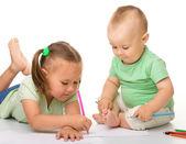Dos niños dibujan — Stockfoto