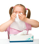 Liten flicka blåser näsan — Stockfoto