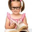 Маленькая девочка переворачивая страниц книги — Стоковое фото