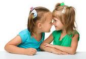 两个小女孩很好玩 — 图库照片