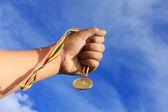 Medaille en hand — Stockfoto