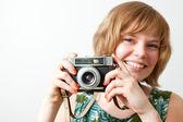 Mulher com uma câmera vintage — Foto Stock