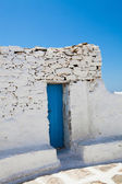 Blauwe deur in mykonos, griekenland — Stockfoto