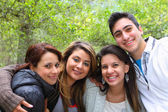 4 amigos sonriendo juntos — Foto de Stock