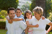Familia sonriente de cuatro — Foto de Stock