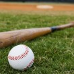 béisbol y bate en campo — Foto de Stock