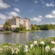 Ancient Castle in Leeds Kent with Large Lake Acting as Moat — Stock Photo