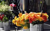 Rosen auf einem blumenhändler-stall — Stockfoto