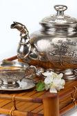 Té verde en la taza, tetera, flores — Foto de Stock