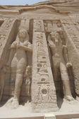 Statues of Ramses II and Queen Nefertari at Abu Simbel — Stock Photo