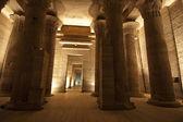 Sloupce v chrámu bohyně isis na philae v asuánu — Stock fotografie