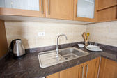Handfat och counter top i ett kök — Stockfoto