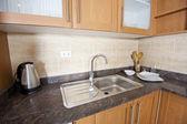 在厨房的水槽和计数器顶部 — 图库照片