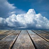 Perspektivy starou dřevěnou podlahu a zamračená obloha — Stock fotografie