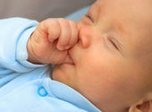 Baby boy sucking thumb to fall asleep — Stock Photo