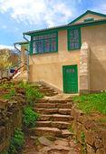 La vieille maison et les escaliers pierreux — Photo