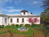 El antiguo edificio y jardín — Foto de Stock