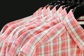 Colgador de ropa con camisas aislado — Foto de Stock