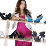 Frau Schuhe in einem Geschäft auswählen — Stockfoto