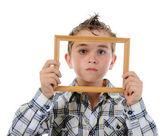 Malý chlapec s rámem v jeho rukou — Stock fotografie