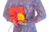 Hombre con una caja de regalo y una flor — Foto de Stock