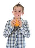Malé dítě hospodářství čerstvé pomeranče. — Stock fotografie