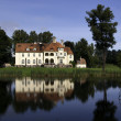 Palace on the shores of lake — Stock Photo