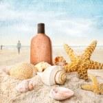 bronceador y conchas en la playa — Foto de Stock   #5660212