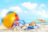 开心一天在海滩上大きな宝石のペンダントのクローズ アップ — 图库照片
