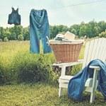 Jeans suspendu à la corde à linge sur un après-midi d'été — Photo