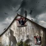 granero embrujado con fantasmas volador y oscuro cielo — Foto de Stock