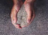 Mãos segurando areia — Fotografia Stock