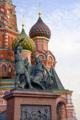 St. Basil's Cathedral and the monument to Minin and Pozharsky — Stockfoto