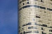 альпинисты мыть стекла фасада офисного здания — Стоковое фото