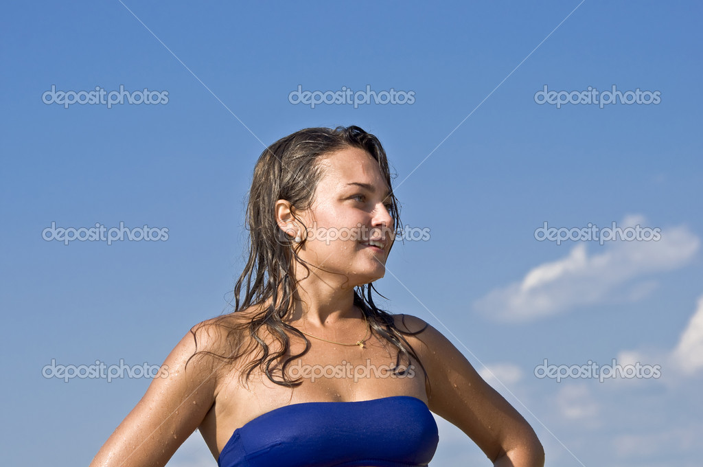 Close-up portrait of beautiful young cute woman in bikini smiling at the blue sky. Water droplets on the skin. — Stock Photo #6350803