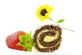 Słodkie bułeczki i truskawki na białym tle — Zdjęcie stockowe