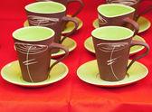 Tasses en céramique sur fond rouge — Photo