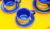 Keramische koppen op een gele achtergrond — Stockfoto